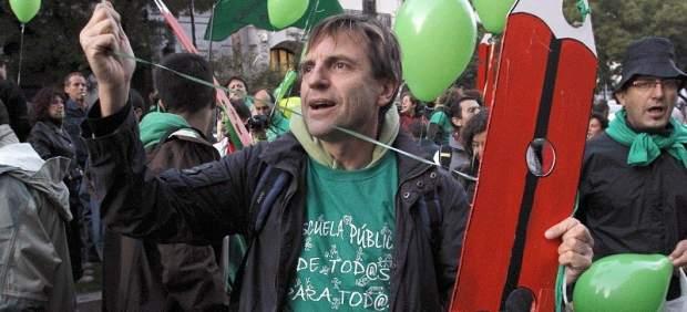 Un participante en una manifestación por la educación en Madrid