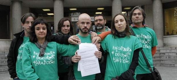 Un grupo de profesores a las puertas de los juzgados de Plaza de Castilla