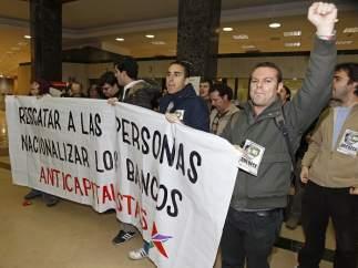 Un grupo de anticapitalistas irrumpe en la oficina del Santander de la plaza de Canalejas en Madrid.