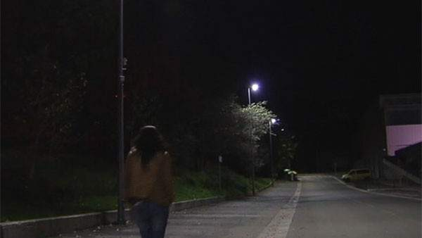 Una calle con poca luz
