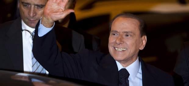 Berlusconi saluda a sus seguidores