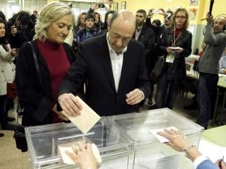 Rubalcaba vota junto a su esposa