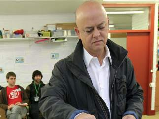 Odon Elorza vota en casa