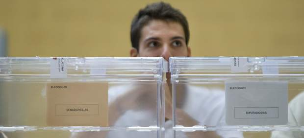 Un presidente de mesa, frente a las urnas