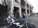 Una mujer, ante los restos de sus pertenencias incendiadas en Turín.