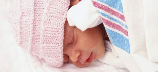 Mujer sudamericana y menor de 30 años, perfil de las mujeres que entregan a su bebé en adopción 41644-620-282