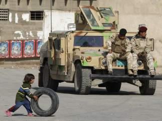 Jugando frente a los soldados
