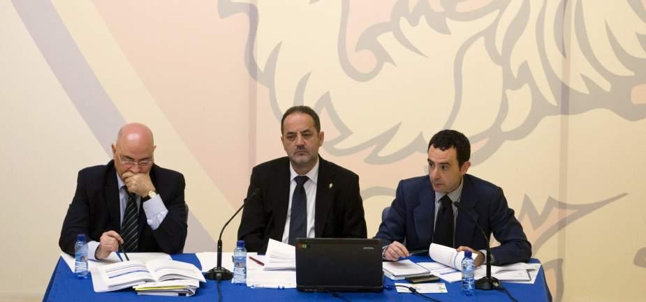 Tres dirigentes del zaragoza y el jugador luccin for Oficinas real zaragoza