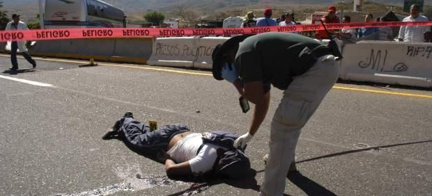 Uno de los cadáveres, tras el enfrentamiento de estudiantes con policías en México