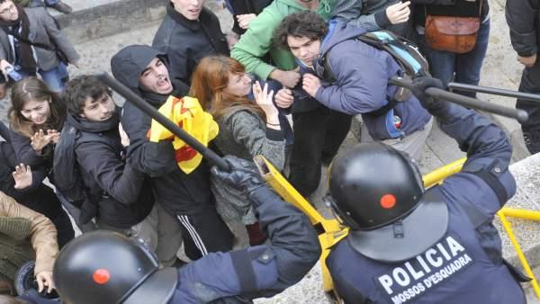Los Mossos golpean a los estudiantes.