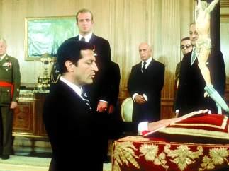 Alfonso Suárez jurando el cargo ante el rey
