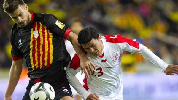 El jugador de la selección catalana de fútbol Gerard Piqué (i) y el de la  de Túnez Amine Chermiti (d). EFE 3da470eae90c0
