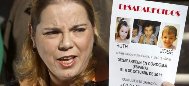 Esther Chaves, sostiene un cartel durante la rueda de prensa