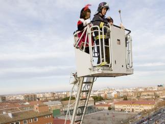 Ayudados por los bomberos