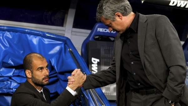 Mourinho saluda a Guardiola