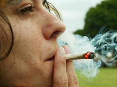Joven fumando un porro