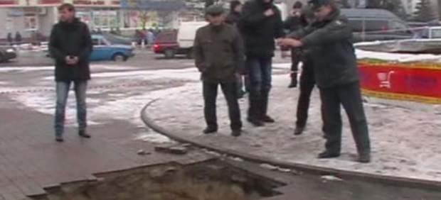 El agujero en el que cayó un bebé en Rusia