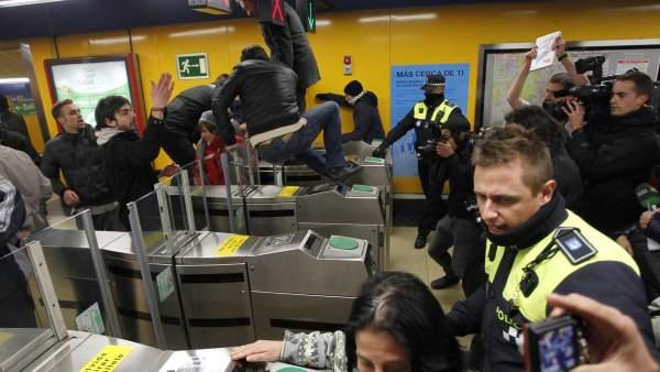 Se cuelan en el metro de Madrid