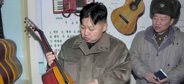 Kim Jong-un con una guitarra española