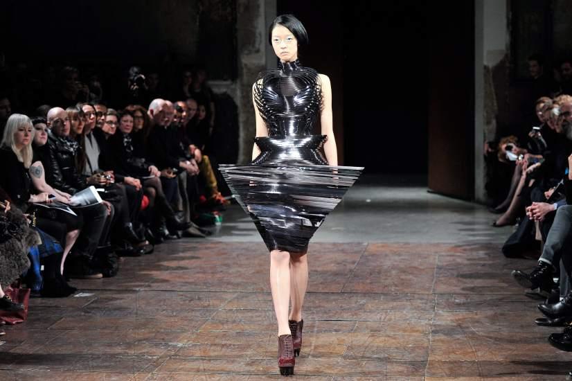 Extravagancia en plata. Una modelo luce una creación de la diseñadora holandesa Iris Van Herpen durante la Semana de la Moda de París.