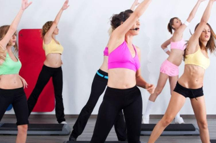 Resultado de imagen para foto de mujeres ejercitandose en el gimnasio