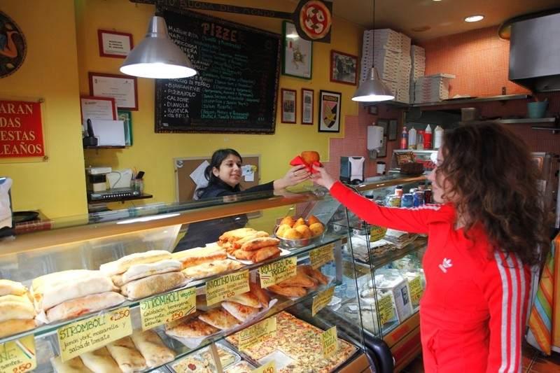 Proliferan en la capital los minilocales de comida para llevar for Sillas para local de comidas rapidas