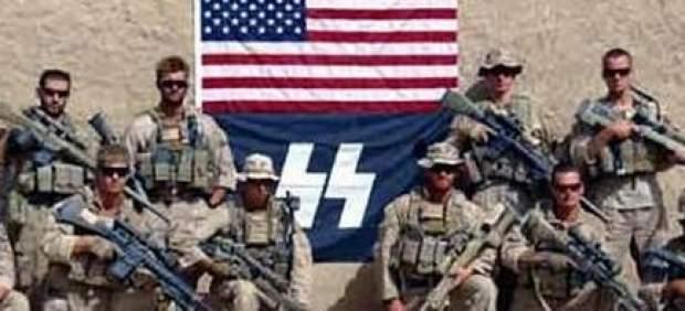 Marines posando con una bandera de las SS