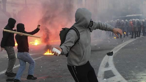 Piedras contra la policía griega