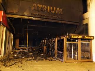 Un centro comercial incendiado