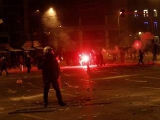 Policías contra manifestantes