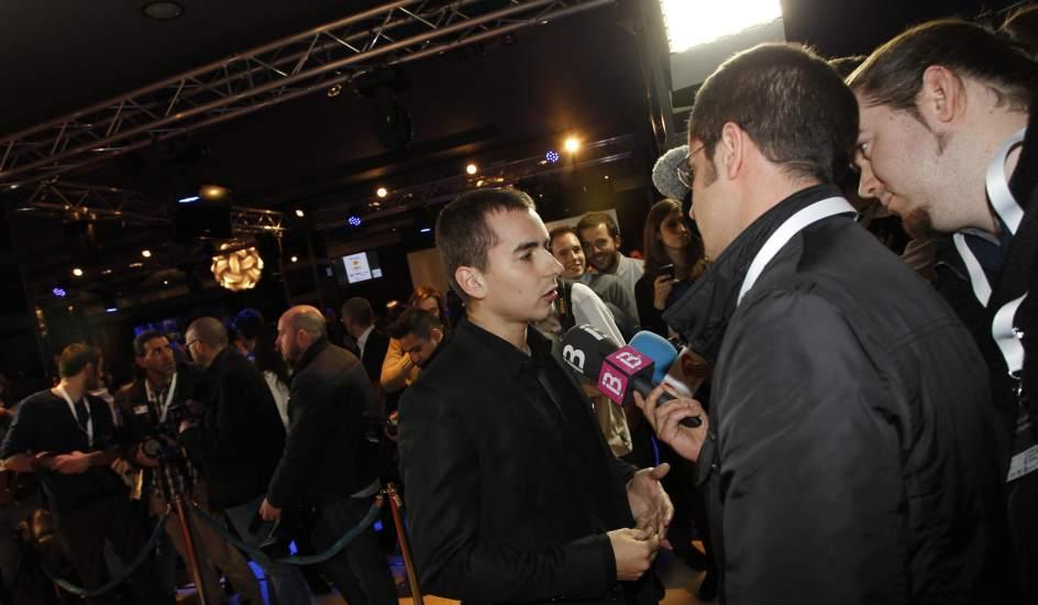 Jorge Lorenzo atiende a los medios. El motorista Jorge Lorenzo atiende a los medios de comunicación presentes en la gala de entrega de los premios 20Blogs.
