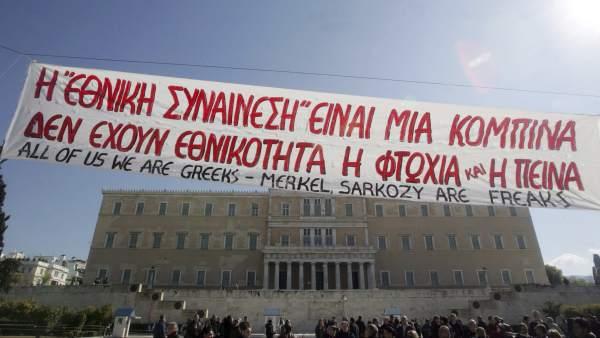 Manifestantes griegos protestan en frente del Parlamento