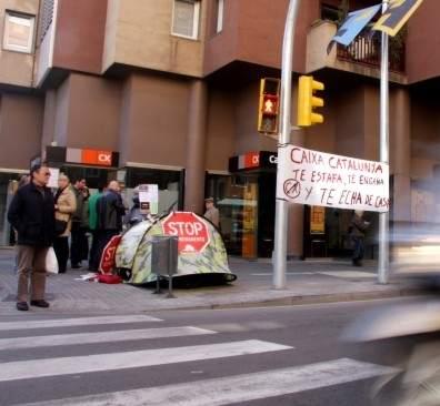 Un padre de familia acampa ante una oficina de catalunya for Cx catalunya caixa oficinas