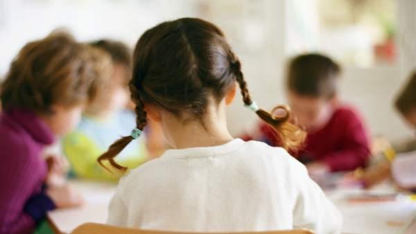Una niña en el colegio