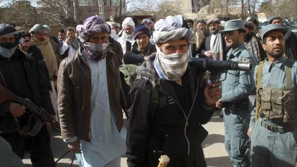 Talibanes entregan sus armas en Afganistán