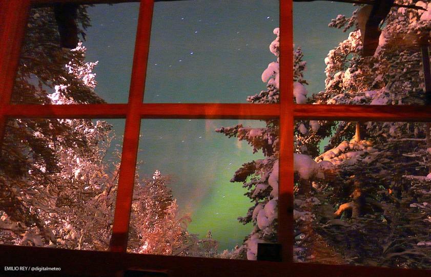 A través de la ventana. La aurora boreal fotografiada a través de una ventana en Laponia, este febrero.