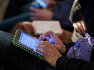 Un joven maneja una tableta