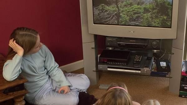 Niños viendo la televisión