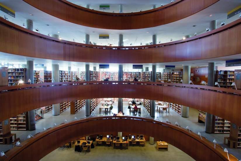 Comienzan los ex menes presenciales de junio en la uned for Biblioteca de la uned madrid