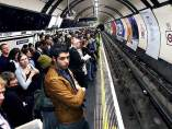 Londinenses esperando el Metro