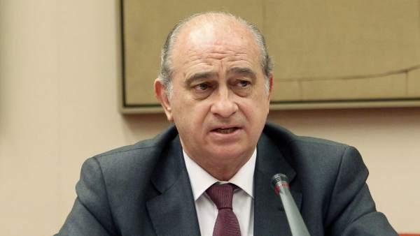 Interior ahorra al mes 3 millones al reducir los escoltas for Escuchas del ministro del interior
