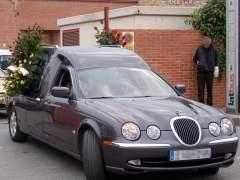 El cádaver de su hijo estuvo 20 horas en el salón por no poder pagar a la funeraria