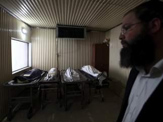 Un rabino, junto a los cadáveres de los fallecidos en una escuela de Toulouse