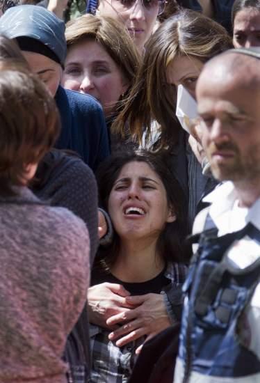 Entierro en Jerusalén. La hermana de la niña de ocho años Myriam Monsonego, una de las cuatro personas asesinadas en una escuela judía en Toulouse, llora durante el funeral celebrado en el camposanto de Givat Shaul, el mayor de Jerusalén.