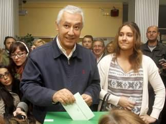 Arenas vota junto a su hija