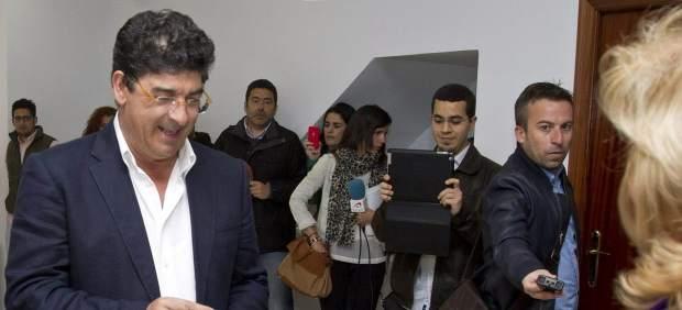 Valderas (IU) vota en su localidad natal