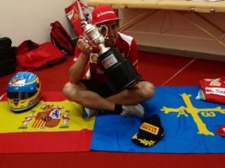 Fernando Alonso con la copa de Malasia