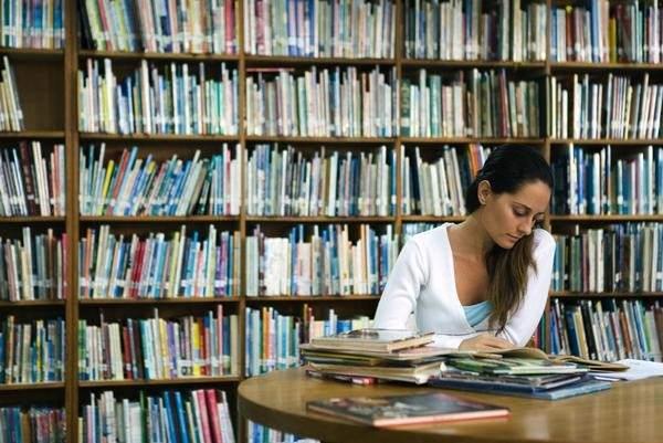 Resultado de imagen de lector en biblioteca