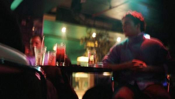 Jóvenes en un bar de copas