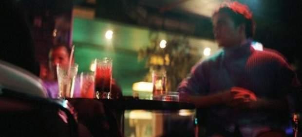 J�venes en un bar de copas